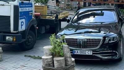 У центрі Києва евакуювали Maybach з елітними номерами, який запаркували посеред тротуару
