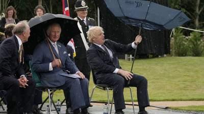 Зонт устроил жесткий батл премьеру Британии Джонсону: эпическое видео
