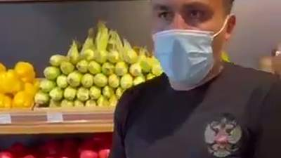Говорит, что не знал: парня заставили снять футболку с гербом России в супермаркете Киева