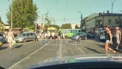 Маршрутка протаранила трамвай в Одессе: водитель потерял сознание