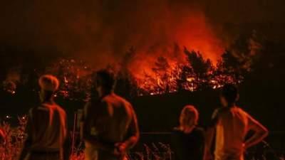 Из-за страшных пожаров в Турции туристы ночуют на пляжах