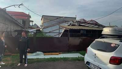 Валило дерева та зривало дахи: негода накрила Харківщину та Дніпро – відео