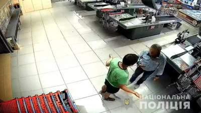 В Киеве молодой человек жестко избил пожилого охранника супермаркета: видео