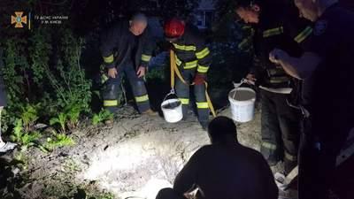 Похоронило заживо: мужчина в Киеве погиб, когда копал колодец во дворе