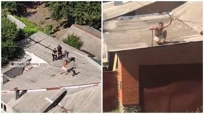 Бегал с палкой полуголый: в Харькове мужчина устроил драку на крыше с полицией – видео
