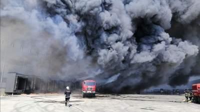 Спасатели погасили огромный пожар на складах под Одессой