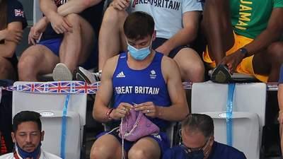 Олімпійський чемпіон в'язав светр для собаки просто на трибунах