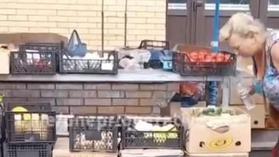 Для свежести: в Запорожье продавец на рынке плевала на овощи – отвратительное видео