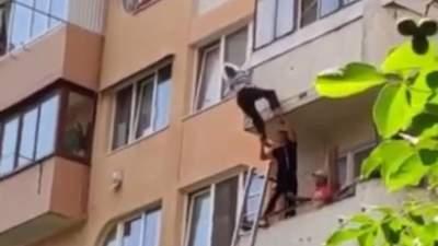 Випала з балкона і зачепилась за мотузки: на Тернопільщині врятували 81-річну жінку
