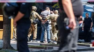 З'явилося відео затримання чоловіка, що захопив будівлю уряду