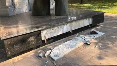 Вандали осквернили одразу 2 пам'ятники героям у Кривому Розі: фото руйнувань