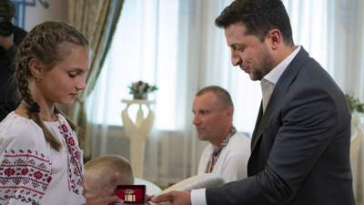 Зеленский вручил медаль 12-летней украинке, которая во время наводнения спасла 4 детей