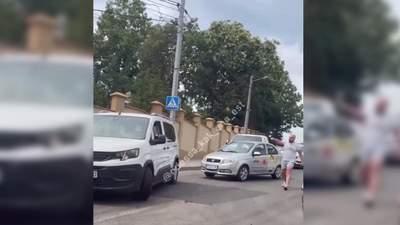 В Одесі таксист Uklon погрожував пістолетом іншому водію: відео