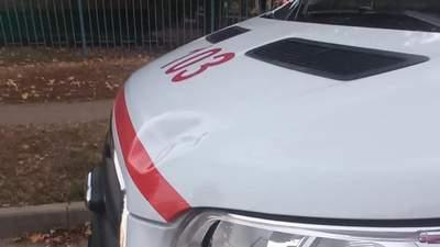 Били ногами та палицями: на авто харківської швидкої напали – фото пошкоджень