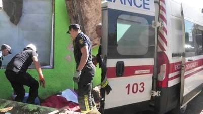 В Херсоне на прохожего упала бетонная плита: его доставали почти 10 спасателей