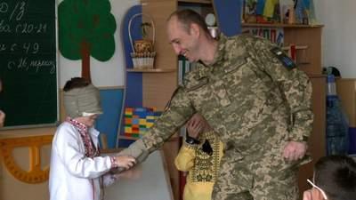 Відкриваю очі, а там тато, – у Рівному школяру влаштували сюрприз з поверненням тата-військового
