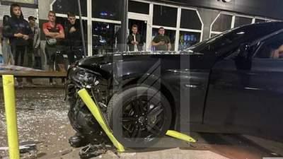 В Кривом Роге авто въехало в остановку: на очевидцев ДТП напали неизвестные
