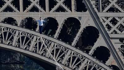 Канатаходец прошелся по тросу от Эйфелевой башни на высоте 70 метров: впечатляющие фото и видео