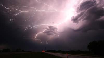 Рятувальники попереджають про зливи та поривчастий вітер: які регіони накриє негода