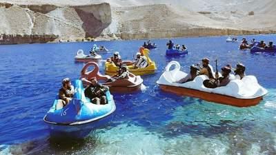 С автоматами на лодках-лебедях: как талибы развлекаются в захваченном Афганистане