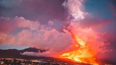 Стовпи диму і потоки лави: з'явились моторошні фото та відео виверження вулкана на Канарах