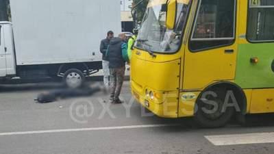"В Одессе маршрутки устроили ""гонки"" и сбили подростка: видео и фото с места аварии"