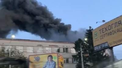 У Чернівцях спалахнула пожежа на меблевій фабриці: відео з місця події