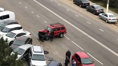 На Одещині 17-річний на джипі розбив 6 припаркованих автівок: епічне відео