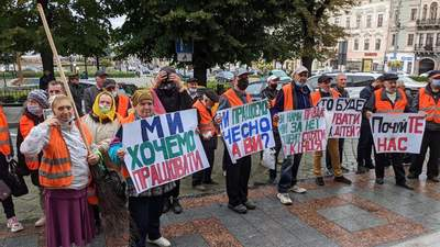 В Черновцах протестуют дворники: под горсоветом произошла потасовка