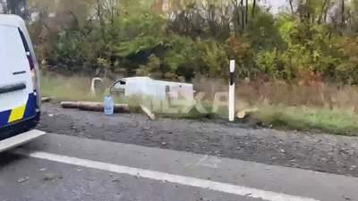 Бревна посыпались на авто сзади: бус слетел с дороги под Харьковом – видео с места ДТП