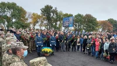 Тысячи людей несут цветы: на Харьковщине почтили память погибших в авиакатастрофе Ан-26