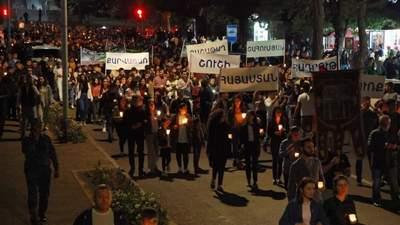 Зібрались тисячі людей: у Єревані пройшла масова хода з факелами – вражаючі фото та відео