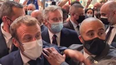 Не упал, как Янукович: в Макрона бросили яйцом, нападающего задержали – комическое видео