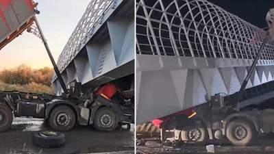 У Росії пішохідний міст обвалився прямо на автомобілі: загинули люди
