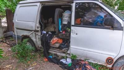 В Днепре 20-летний парень забаррикадировался в заброшенной машине и умер: жуткое видео