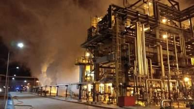 У Білорусі сталася пожежа на нафтопереробному заводі: відео загорання
