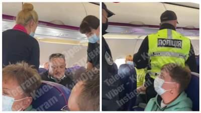 Пасажир літака до Києва влаштував скандал через маску: поліцейських зустрічали оплесками
