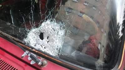 Невідомі обстріляли автомобіль у Чернівцях: є постраждалі