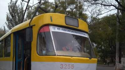 Пенсионерка в Одессе выпала из трамвая, а водитель решила сбежать