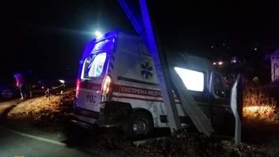 """На Днепропетровщине """"скорая"""" столкнулась с маршруткой: автобус слетел в кювет"""