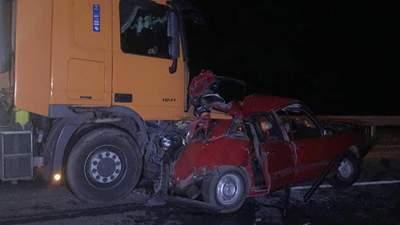 На Житомирщині вантажівка перетворила легковик на брухт: двоє загиблих