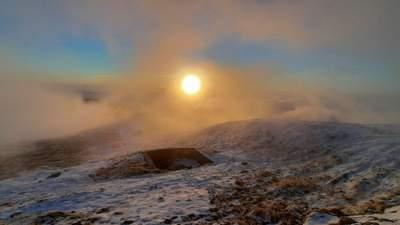 Південно-західний вітер і мінусова температура: фото ранкових засніжених Карпат