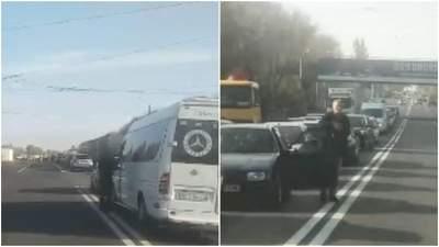 Из-за отключения газа: жители села на Харьковщине второй день перекрывают трассу