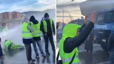 """В Италии полиция водометами разогнала сидячий протест противников """"паспортов здоровья"""""""