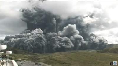 В Японии началось извержение мощного вулкана: шокирующие видео
