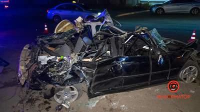 В Днепре водитель BMW влетел в фуру: есть погибший