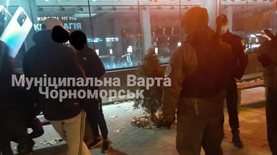 Поки усі спали: у Чорноморську група озброєних чоловіків обстріляла гуртожиток