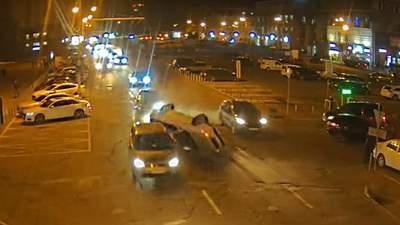 У Дніпрі легковик перекинувся та протаранив 2 авто: відео моменту аварії