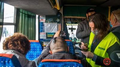 Довелося висаджувати пасажирів: в автобусах Дніпра почали перевіряти сертифікати вакцинації