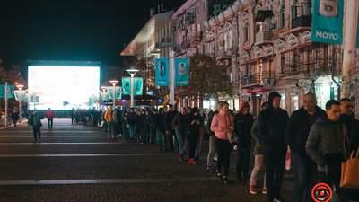 """В Днепре образовались """"километровые"""" очереди к транспорту: фото толпы"""